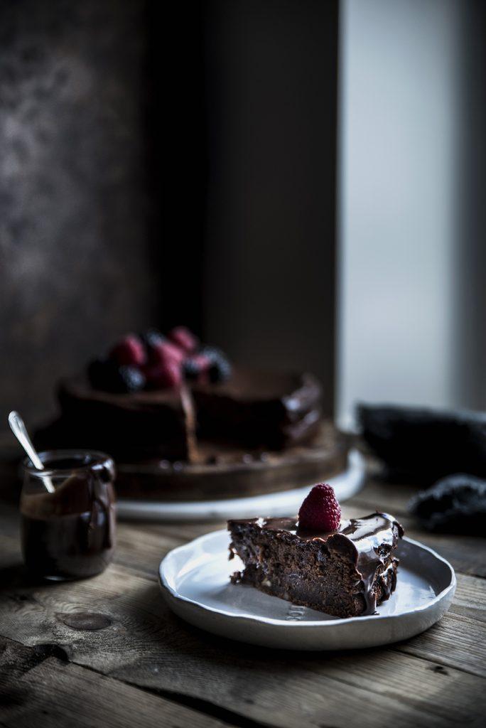 Torta cioccolato, arancia, carote e mandorle con ganache al cioccolato