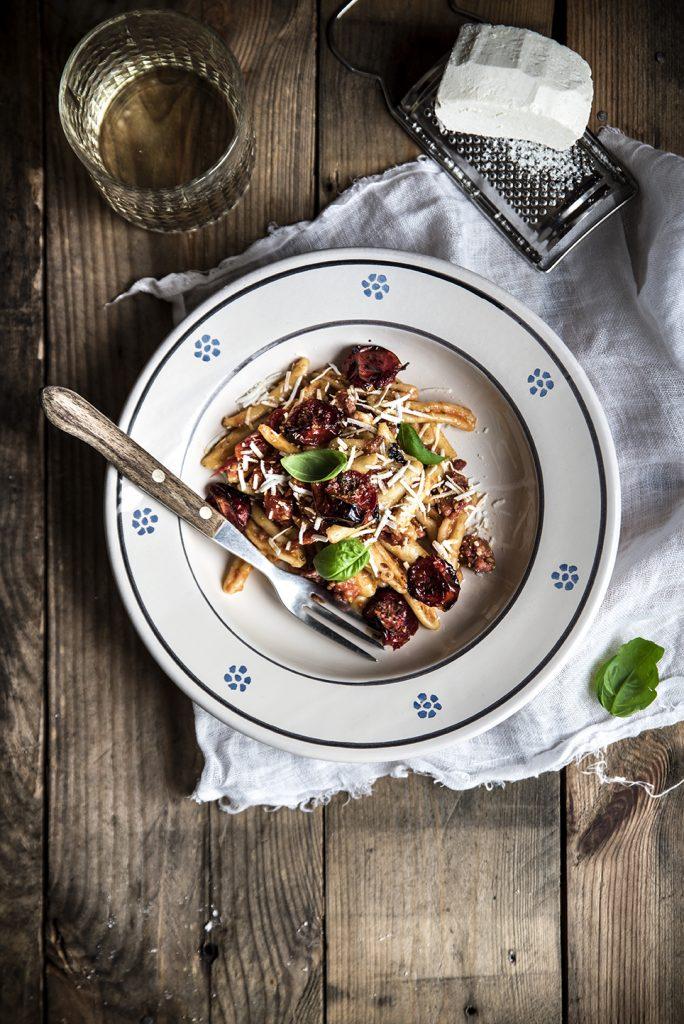 Fusilli con salsiccia di Norcia, pomodorini arrosto e ricotta salata