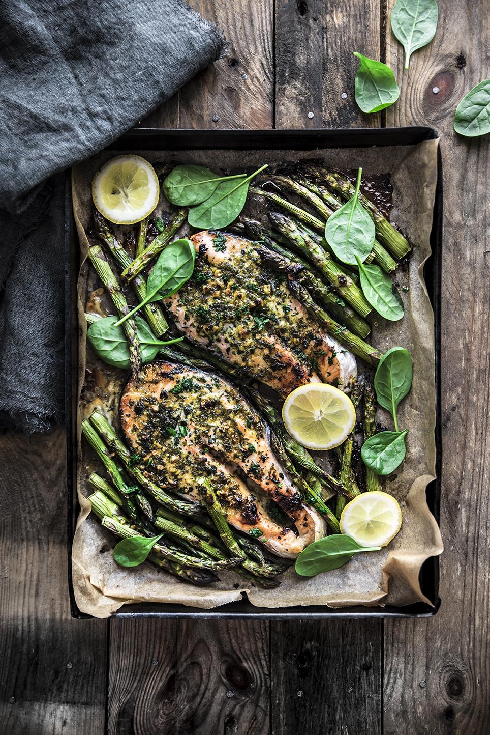 Salmone al forno con asparagi e burro aromatico alla senape e miele