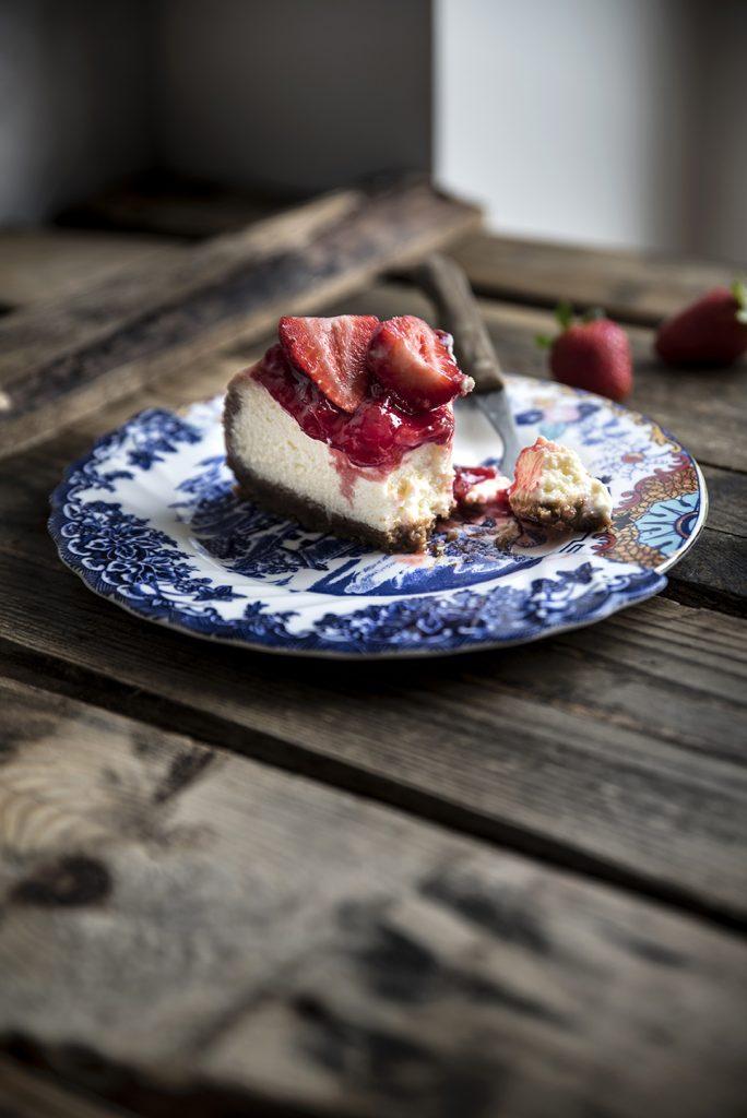 Cheesecake alle fragole, con base integrale ai pistacchi