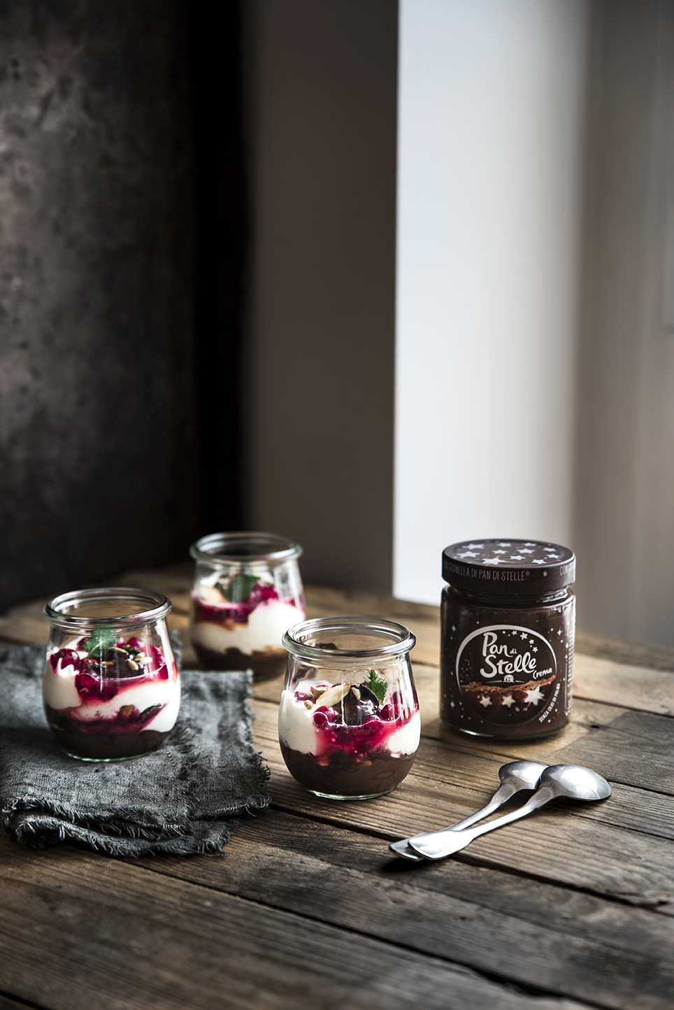 Mousse yogurt e robiola con ribes, frutta secca e crema Pan di Stelle