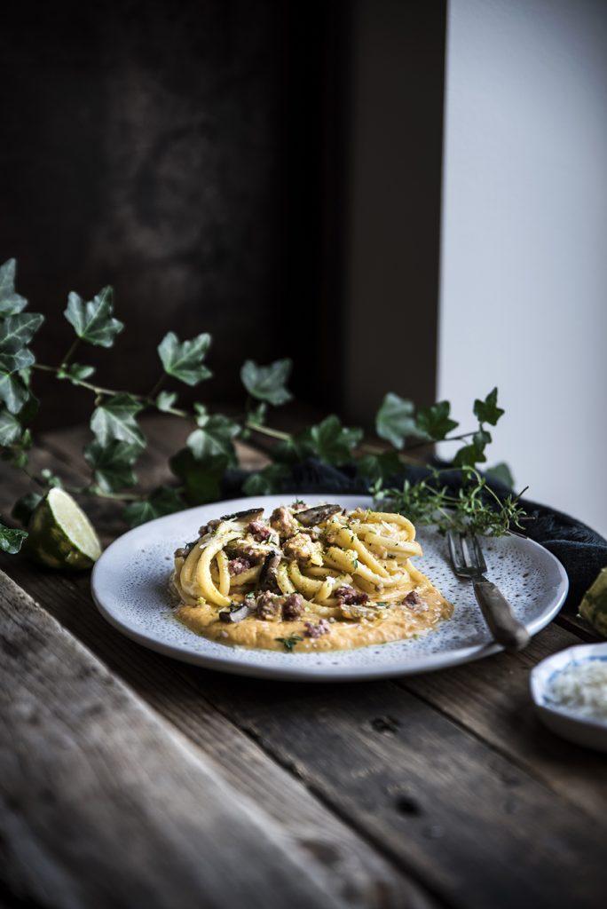 Troccoli con crema di zucca e caprino, salsiccia di Norcia e funghi cardoncelli
