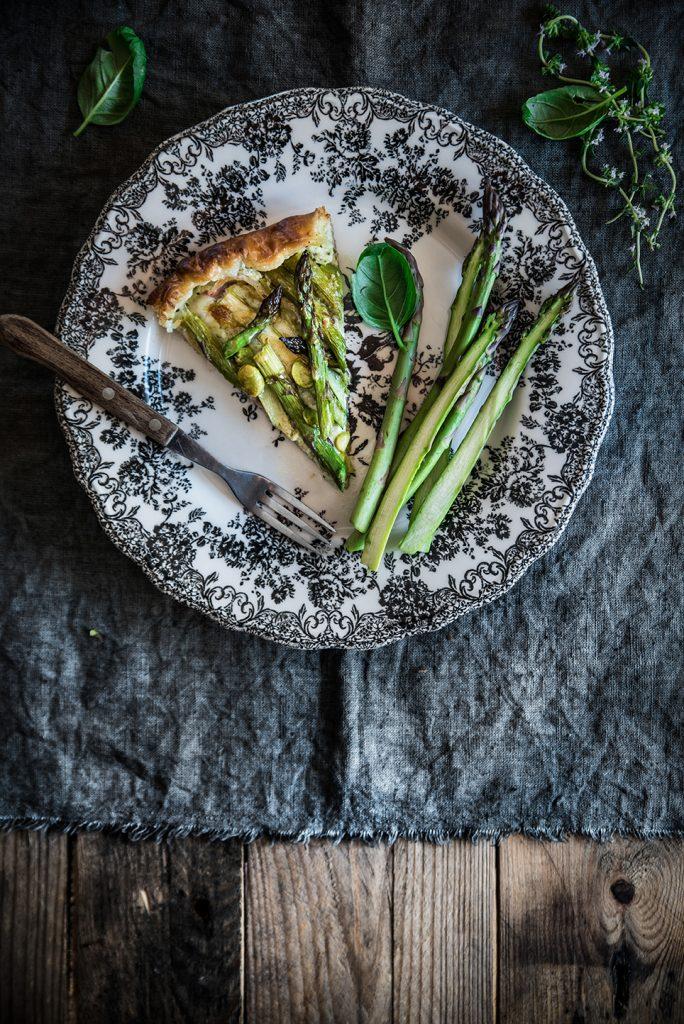 Sfoglia con ricotta, pesto, asparagi, pancetta e favette