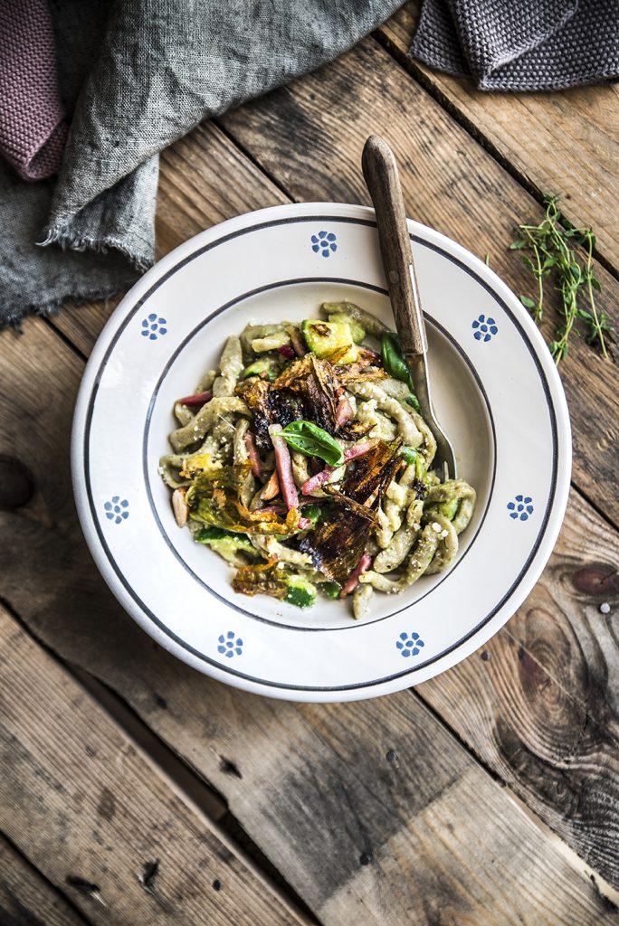 Pasta fresca basilico e mandorle con verdure e fiori di zucca croccanti