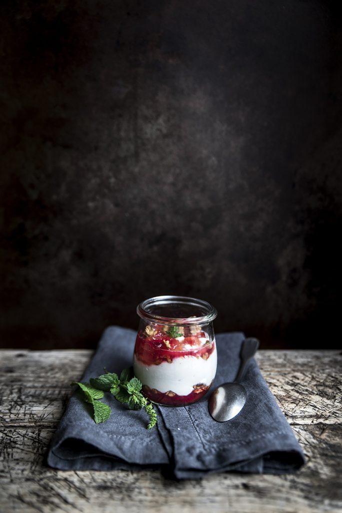 Mousse ricotta e yogurt al mirto con granola e composta di prugne